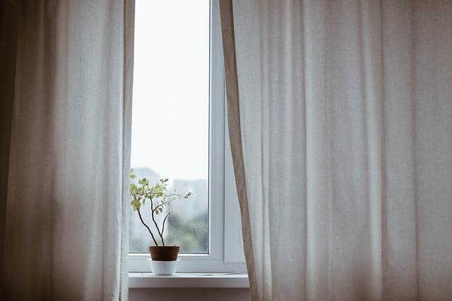 Firanki, zasłony, rolety – jaką dekorację okna wybrać do sypialni?