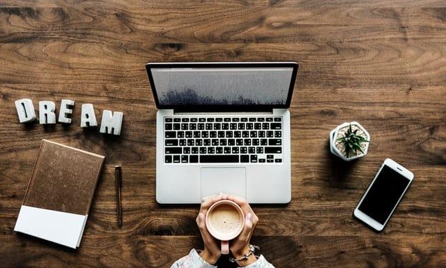 Naprawa zalanego laptopa – poradnik komputerowy